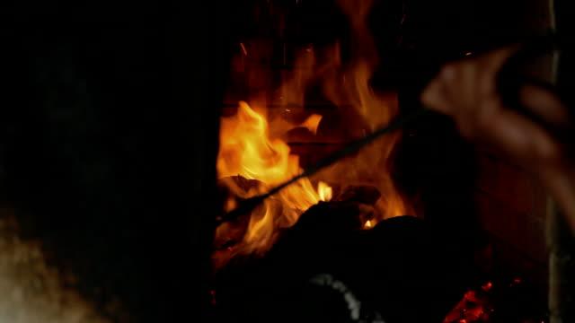 vídeos de stock e filmes b-roll de queima de madeira em um tandoor - burned oven