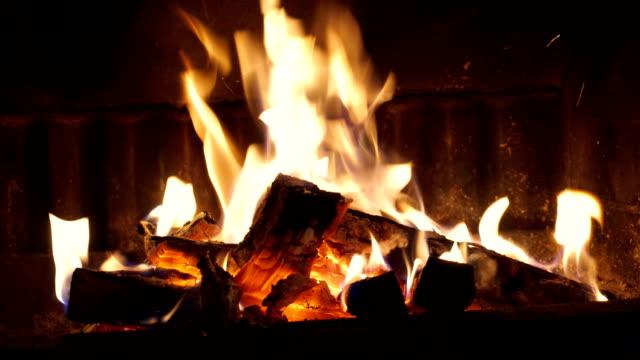 vídeos de stock e filmes b-roll de burning wood in the fireplace - lareira