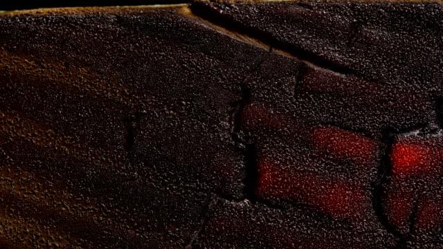 vidéos et rushes de texture du bois brûlant. bouchent. laps de temps. - bois texture