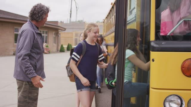 Bus des étudiants introduisant pilote dans bus - Vidéo