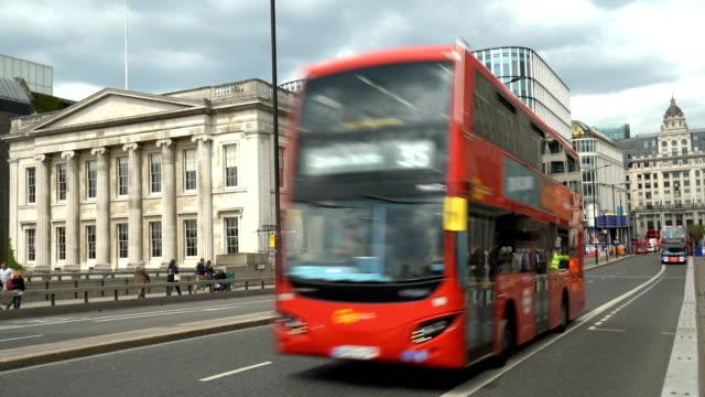 bus on london bridge - london bridge inghilterra video stock e b–roll