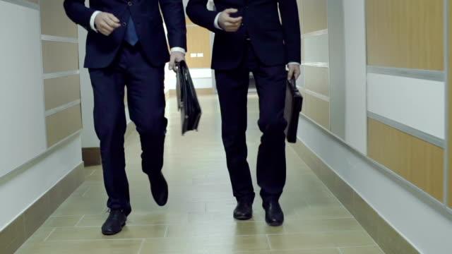business activities - uzun adımlarla yürümek stok videoları ve detay görüntü çekimi