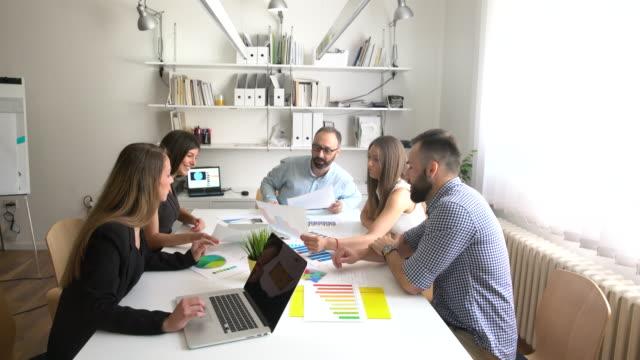 analisi aziendale - coinvolgimento dei dipendenti video stock e b–roll