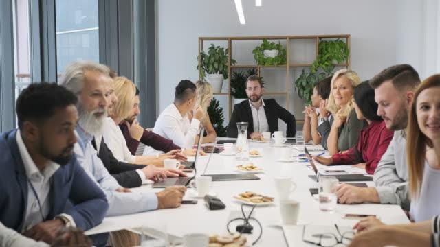 Zakenpartners die aan Presentatie in Raadkamer luisteren video