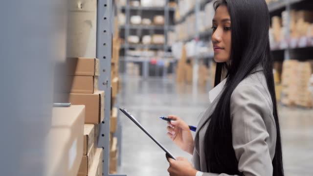 vídeos y material grabado en eventos de stock de lista de verificación de mujeres negras de negocios en el almacén. sistema inteligente de gestión de almacenes. almacén, tecnología, personas, mujeres en stem, innovación, concepto de liderazgo. almacén - suministros escolares