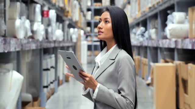 vídeos y material grabado en eventos de stock de mujeres negras de negocios manos sosteniendo tableta en el almacén. sistema inteligente de gestión de almacenes. almacén, tecnología, personas, mujeres en stem, innovación, concepto de liderazgo. almacén - suministros escolares