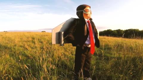 vidéos et rushes de garçon d'affaires se trouve en toute confiance dans domaine anglais avec pack jet - format hd