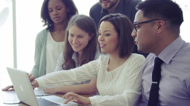 riunioni d'affari di brainstorming - efficacia video stock e b–roll