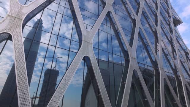 vídeos de stock, filmes e b-roll de edifício comercial - característica arquitetônica