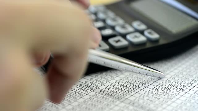 calcolatrice aziendale e delle dichiarazioni finanziarie - conto corrente video stock e b–roll