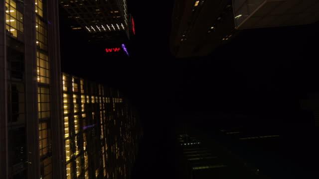vidéos et rushes de bâtiments de centre d'affaires dans le centre-ville de new york city, etats-unis - vue en contre plongée