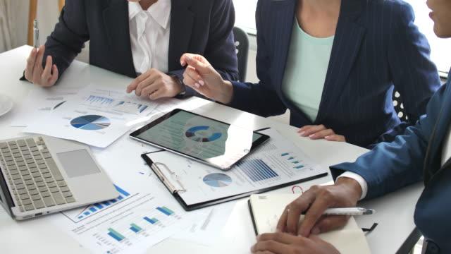 stockvideo's en b-roll-footage met zakelijke collega's analyseren van financiële gegevens op hun kantoor, bedrijfsstrategieën - marketing planning