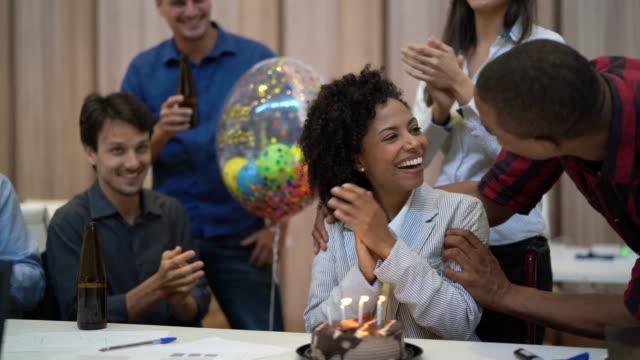 vídeos de stock, filmes e b-roll de colegas de trabalho comemorando aniversário festa no trabalho - festas no escritório
