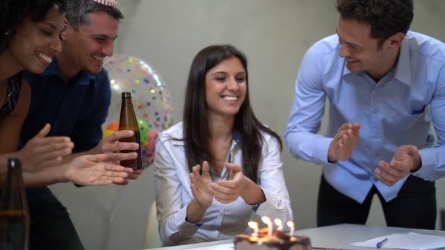 vídeos de stock, filmes e b-roll de colegas de trabalho comemorando aniversário festa no trabalho - brasileiro pardo