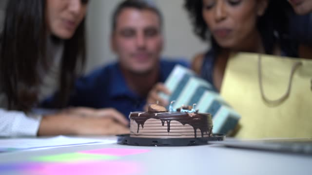 affärskollegor firar födelsedag part i arbetet - 30 39 år bildbanksvideor och videomaterial från bakom kulisserna