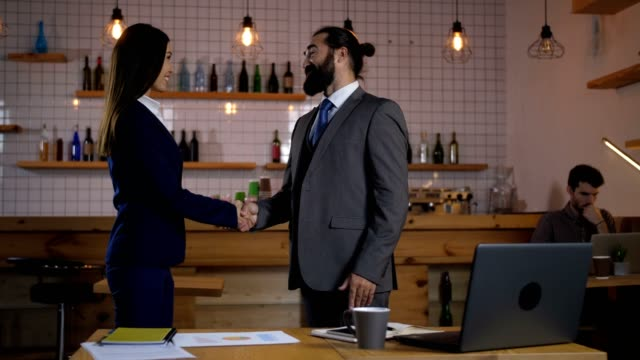 stockvideo's en b-roll-footage met collega's begroeten elkaar op café - four lawyers