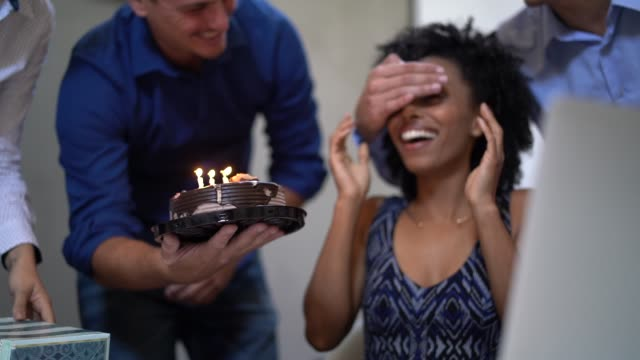 vídeos de stock, filmes e b-roll de colegas de trabalho, fazendo uma surpresa em um aniversário festa no trabalho - festas no escritório