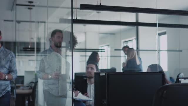 オフィスを歩いたり、新しいプロジェクトについて話したりするビジネス仲間 - スタビライザー使用点の映像素材/bロール