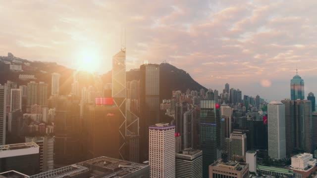 不動産と企業建設のためのビジネスコンセプト - 香港、中国の空とパノラマ近代的な都市スカイライン鳥の目の空中ビュー - 斜めから見た図点の映像素材/bロール