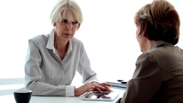 vídeos de stock e filmes b-roll de conceito de negócio - senior business woman tablet