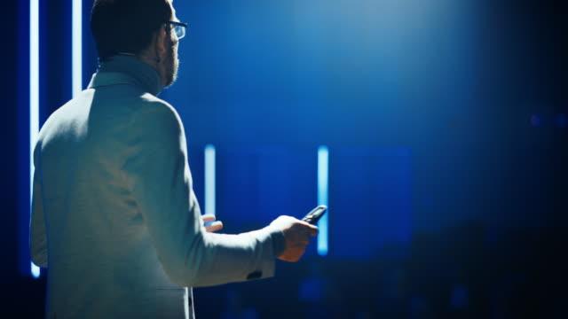 stockvideo's en b-roll-footage met business conference stage: hardware engineer, startup ceo presenteert nieuw product, doet motiverende talk. spreker geeft lezingen over technologie, ondernemerschap, gezondheid, ontwikkeling, leiderschap - luidspreker