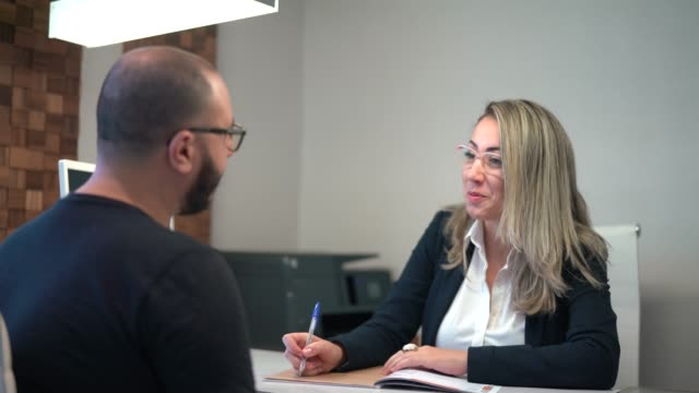 vídeos de stock, filmes e b-roll de consultor de negócios reunião - assistente jurídico