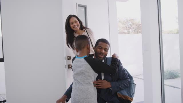 business par hälsning son som de öppnar dörren till huset på återvända hem - halvbild bildbanksvideor och videomaterial från bakom kulisserna