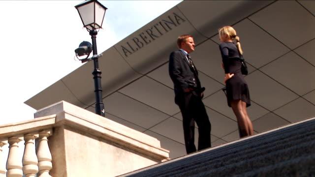 HD couple discuter des affaires à quelques pas - Vidéo