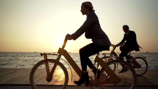 affärs medarbetare som cyklar till arbetet - kostym sida bildbanksvideor och videomaterial från bakom kulisserna
