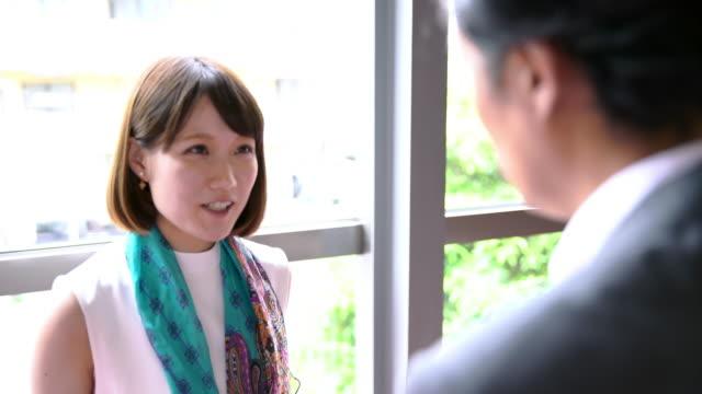 ms 事業協力者が廊下で話して - 日本人のみ点の映像素材/bロール