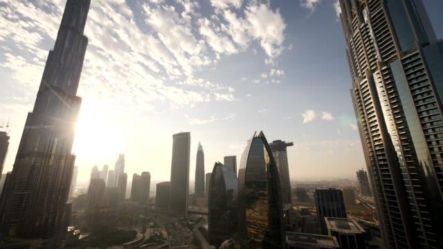geschäftsviertel für finanzkonzerne in futuristischer metropole - internationale geschäftswelt stock-videos und b-roll-filmmaterial
