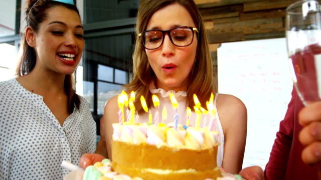 stockvideo's en b-roll-footage met zakenman viering van een geboorte dag partij in office - 20 29 jaar