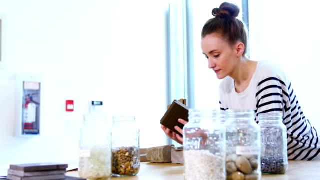vidéos et rushes de lifschitz, regardant les dalles en pierre - pots de bureau