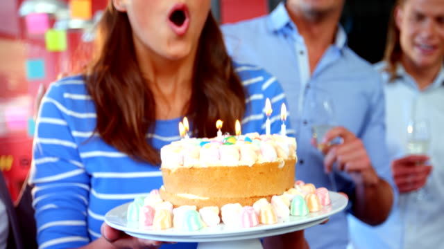 vídeos de stock e filmes b-roll de business executives celebrating birthday of a colleague - mulher balões