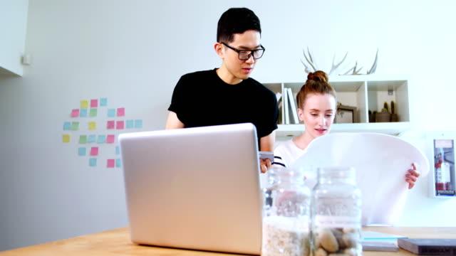 vidéos et rushes de dirigeants d'entreprises discuter au plan d'action - pots de bureau