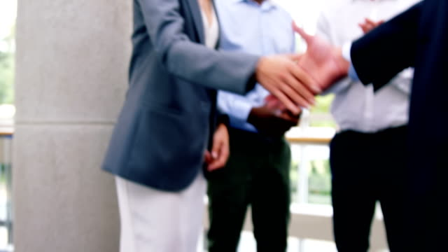 företagsledare som skakar hand med varandra - affärskonferens bildbanksvideor och videomaterial från bakom kulisserna