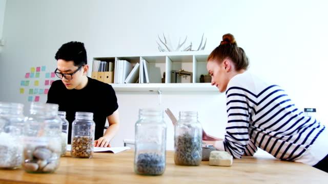 vidéos et rushes de dirigeants d'entreprises travaillant dans le bureau - pots de bureau