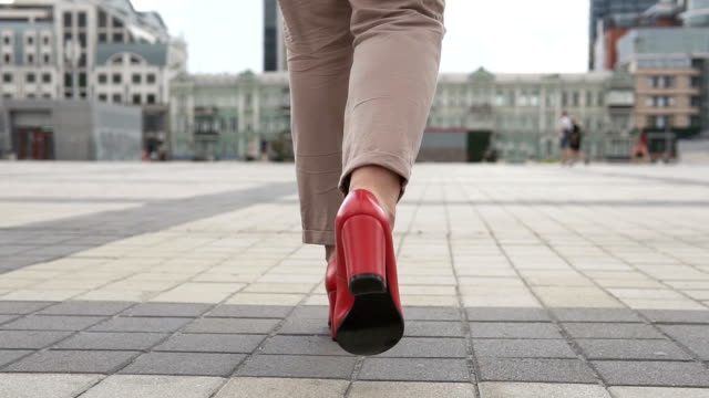 Business female legs in red high-heeled shoes - vídeo