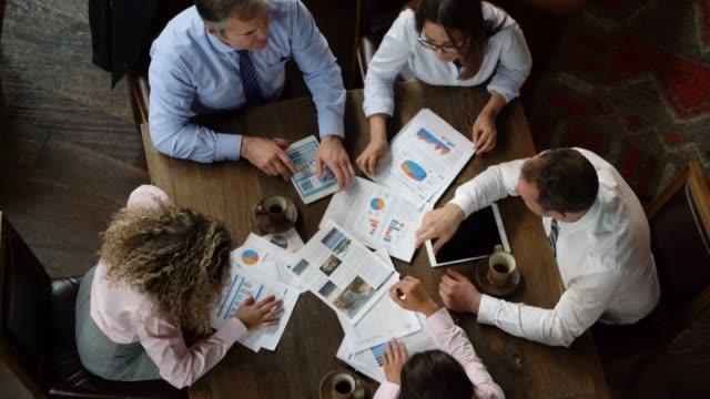 vídeos y material grabado en eventos de stock de grupo empresarial en una reunión discutiendo un proyecto mirando documentos y una tableta - zoom meeting