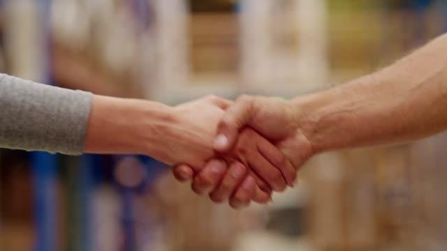 business handshake - messa a fuoco differenziale video stock e b–roll