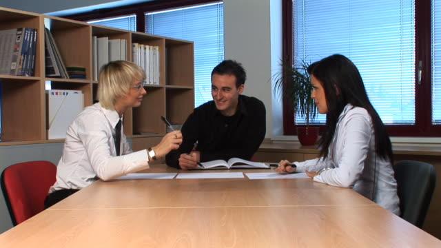 hd: colloquio di lavoro - coinvolgimento dei dipendenti video stock e b–roll