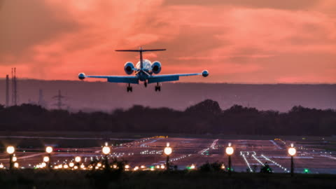 vidéos et rushes de atterrissage de jet d'affaires sur la piste d'aéroport au crépuscule - avion