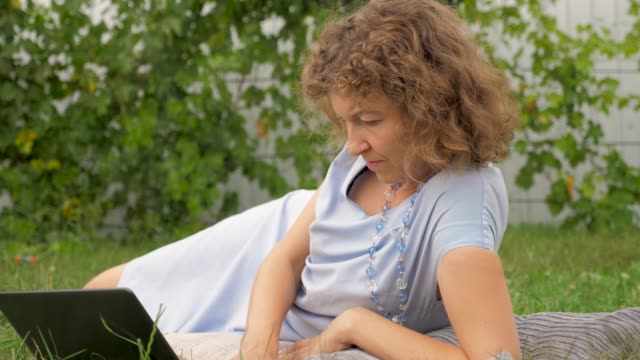 vídeos de stock e filmes b-roll de business lady concept. working outside. summer outdoor office concept. - liga desportiva