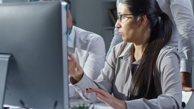 business lady explaining computer presentation to colleagues - coinvolgimento dei dipendenti video stock e b–roll