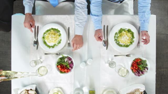 GRULLA DE ALTA DEFINICIÓN: Almuerzo de negocios con una copa de vino - vídeo