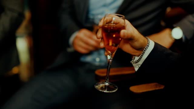vídeos de stock, filmes e b-roll de homem de negócios na comemoração do evento :  beber vinho - festa da empresa