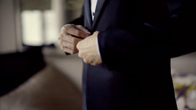 ビジネスの男性ボタン彼のジャケットのクローズ アップ - 着る点の映像素材/bロール