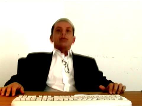uomo d'affari che esprimono felicità e rabbia - chef triste video stock e b–roll