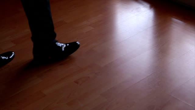 ビジネスの男性の足をステップ アップ - 革点の映像素材/bロール