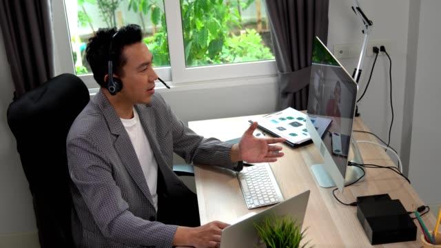 uomo d'affari che esegue una chiamata di videoconferenza zoom tramite computer. home office. - webinar video stock e b–roll